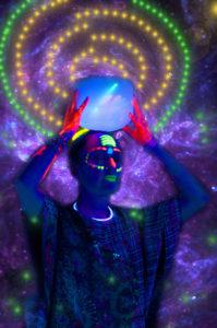 Zara Mo y su Neon Hamsa Party