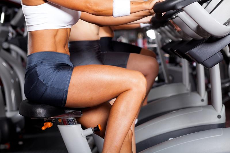 ejercicios piernas mujeres gimnasio